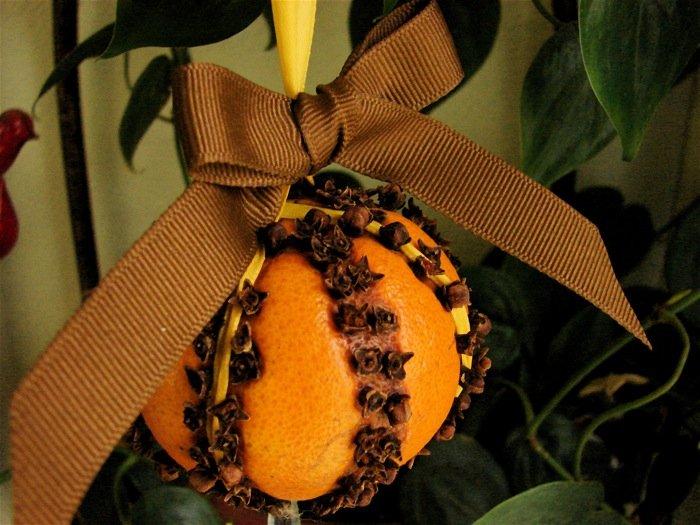 How to Make an Orange Clove Pomander